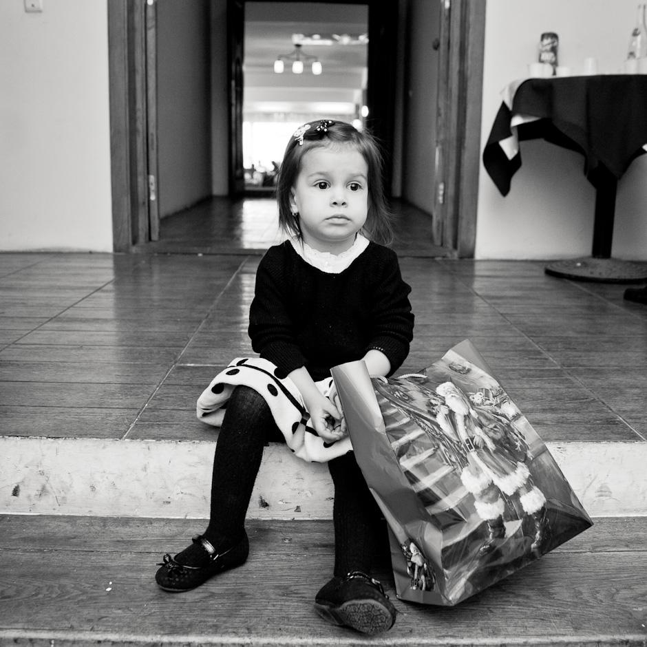 Portret de fetita cu punga de cadouri